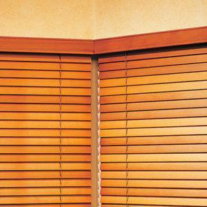 Горизонтальные жалюзи светло-коричневого цвета