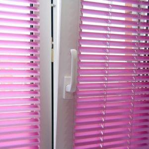 Горизонтальные жалюзи фиолетового цвета